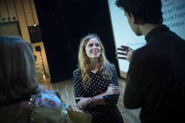 La journaliste du «Monde» Delphine Roucaute discute avec des invités curieux après la conférence «Tous journalistes ?», animée par Sylvie Kauffmann à l'Opéra Bastille le5octobre2019.