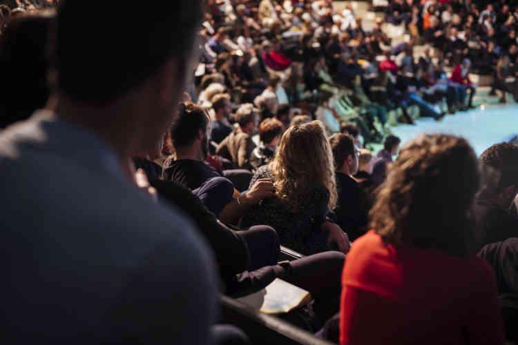 Dans le public lors de la conference «Tous journalistes?», animée par Sylvie Kauffmann à l'Opéra Bastille samedi 5 octobre.
