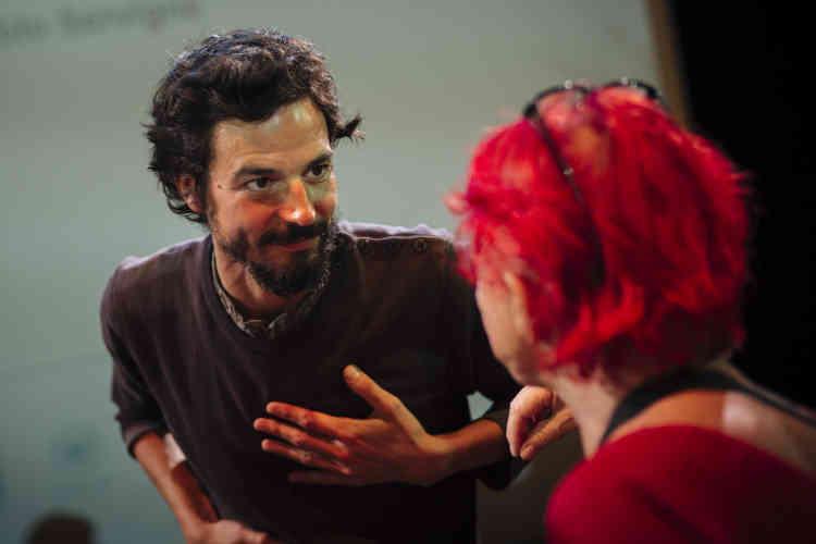 Pablo Servigne après la conférence «Comment vivre dans un monde effondré?», animée par Audrey Garric à l'Opéra Bastille, à Paris, dimanche6octobre.