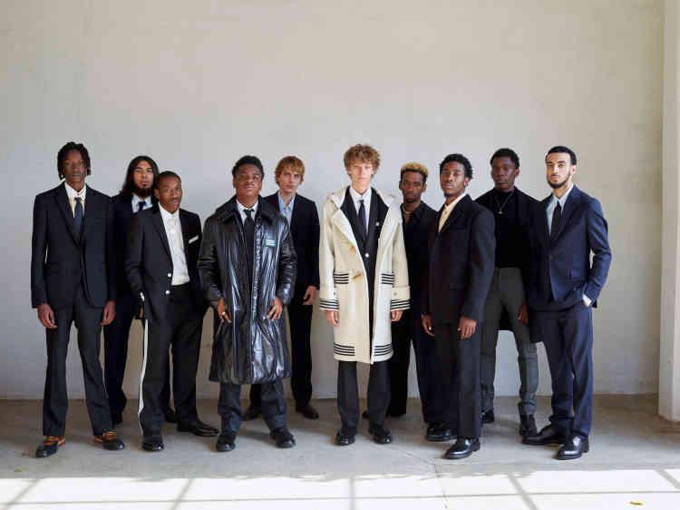 De gauche à droite, costume en laine, chemise en coton, cravate en satin de soie, derbys en cuir, Burberry.Costume en laine, chemise en coton, cravate en laine, bottines en cuir, Burberry.Costume en laine, chemise en coton et bottines en cuir, Burberry.Doudoune en Nylon, chemise, cravate et pantalon en coton, Burberry. Bottines en cuir, Dries Van Noten.Costume en laine, chemise et cravate en coton, derbys en cuir, Burberry.Duffle-coat en laine, costume en laine, chemise en coton, cravate en satin de soie, derbys en cuir, Burberry.Costume en laine, chemise en coton, Burberry. Collier en métal doré personnel. Costume en laine, chemise en coton, Burberry. Derbys en cuir, Dior Men.Manteau, pull et pantalon en laine, Paul Smith.Bottines en cuir, Church's.Collier en métal doré personnel.Costume et cravate en laine, chemise en coton et bottines en cuir, Burberry.