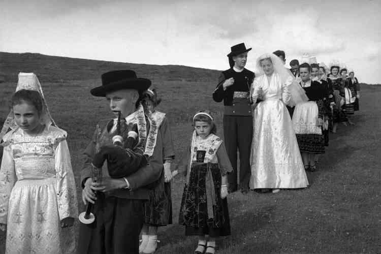 «De l'habillage de la mariée en toute intimité au défilé des nouveaux époux avec famille et invités sur fond de cornemuses en pleine nature, ces photographies dormaient jusqu'alors dans des boîtes.»