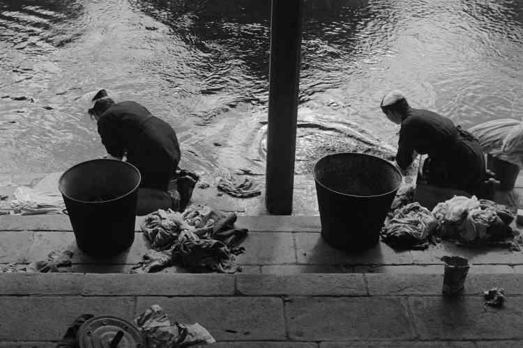 «Ces lavandières en Bretagne sont devenues l'une de mes photographies emblématiques. Il était devenu assez rare à l'époque de croiser encore des femmes lavant au lavoir ou, comme ici, à la rivière. J'étais heureuse de trouver cette scène sur mon passage. J'attache depuis toujours dans mon travail une très grande importance au cadrage et à la composition. Cette photographie en est un bon exemple.»