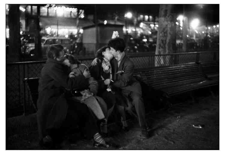 «Paris, réveillon du 31 décembre 1954. La fête bat son plein dans les rues. Et ces amoureux, amusés que je les photographie, ont fini sous mes yeux par échanger leur partenaire !»