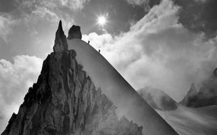 «La librairie des Alpes, le camp de base des amoureux de la montagne depuis 1933, nous invite à contempler les ciels de montagne, à travers une sélection de tirages anciens et contemporains, des frères Tairraz ou de Benoît Linero.»