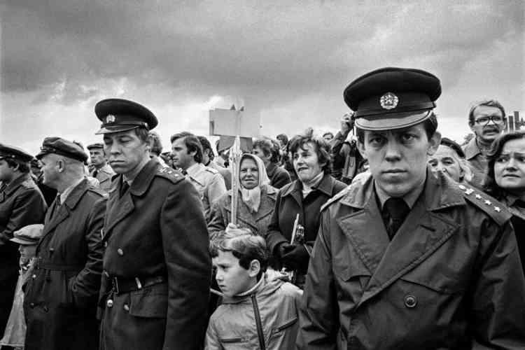 «Le Centre tchèque de Paris expose une sélection de tirages de Vladimir Birgus à l'occasion du 30eanniversaire de la chute du mur de Berlin et des régimes communistes en Europe de l'Est. Intitulée «Autant, si peu», l'exposition témoigne de l'atmosphère sinistre et résignée d'une époque où la prohibition règne. Des clichés inédits des années 70 et 80, pris enTchécoslovaquie, enPologne, enEstonie, ou dans d'autres pays de l'Union soviétique.»