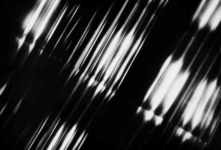 «La Galerie Gimpel et Müller expose vingt-huit tirages de l'architecte allemand Pit Kroke, tirés de son livre-objet unique baptisé photographie concrète. Un ouvrage datant de 1959, fondateur dans l'histoire de la photographie expérimentale, dont l'exemplaire original sera dévoilé pour la première fois en France.»