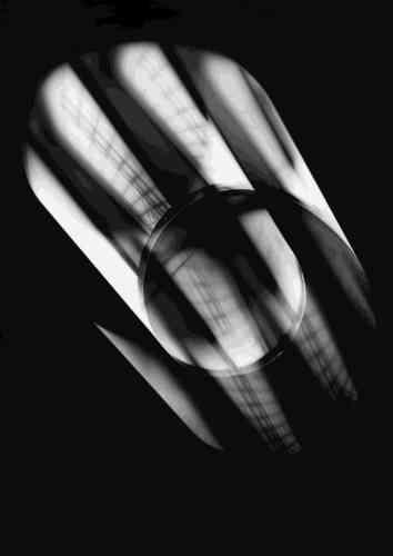 «Le Centre culturel irlandais réunit les derniers travaux de Roseanne Lynch, réalisés lors de sa résidence à la Bauhaus Dessau Foundation. Elle a choisi d'y approfondir sa pratique en appliquant à la photographie les principes pédagogiques de l'école Bauhaus : expérimentation, réflexion et rigueur. Ses tirages abstraits évoquent de subtils jeux de lumière ou les lignes minimales de constructions architecturales.»