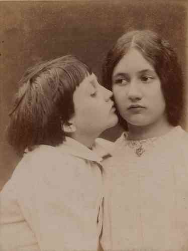 «La Galerie Meyer d'art océanien et eskimo s'associe comme chaque année à la Galerie Daniel Blau. Elle présente l'œuvre photographique méconnue d'Emile Zola, qui laisse pourtant derrière lui plus de 7000plaques de verres. Des tirages pris exclusivement durant les huit dernières années de sa vie, entre1840 et1902, dans lesquels il pose son regard naturaliste sur Paris, ses enfants et ses proches, avec parfois des cadrages audacieux, notamment dans ses autoportraits.»