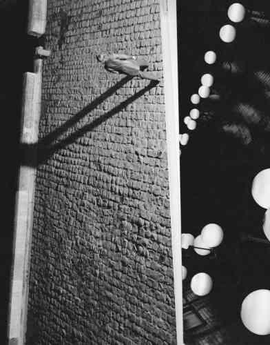 """«La galerie l'Inlassable affiche dans la vitrine de son espace, rue Dauphine, deux grands tirages issus de la série """"Towards a Motion Field"""", de Marvin Leuvrey, fruit de la commande passée par Photo Saint-Germain pour la réalisation du visuel officiel. Une fiction narrative, où Marvin compile des séquences empruntant leurs motifs à la littérature et au cinéma. Chambres d'hôtel, couloirs du métropolitain, quais de Seine… l'histoire raconte l'errance d'une femme à Saint-Germain-des-Prés, la nuit.»"""