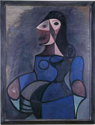 «Lorsque Picasso peint Femme en bleu, le conflit est en train de prendre une autre tournure alors que se prépare le débarquement en Normandie (6 juin). Un étrange apaisement émane de cette figure qui trône, souveraine. Picasso reprend ici un thème qui lui est cher, celui de la femme assise dans un fauteuil. Néanmoins, à la différence de la cohorte d'êtres captifs, enfermés dans leur siège comme dans un piège, cette femme en bleu – lointain écho de la période bleu de Barcelone - apparaît telle une divinité dans la sereine monumentalité de son être ».