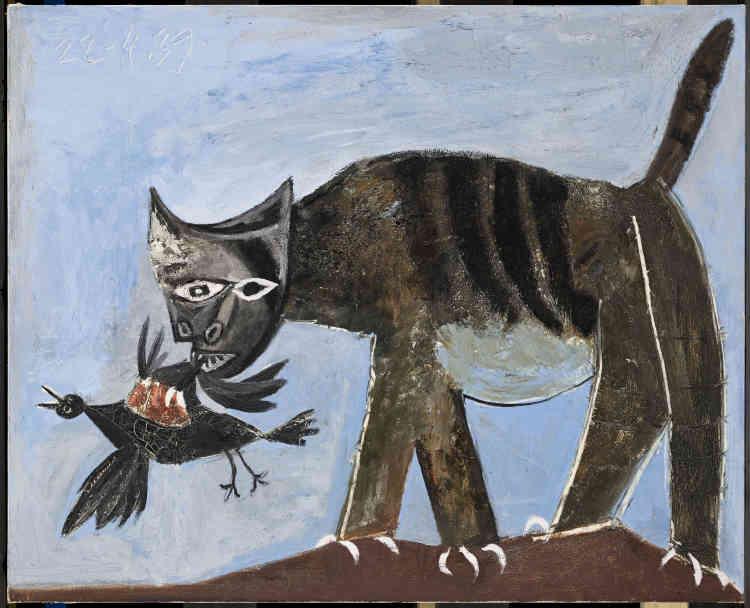 «Alors que la Seconde Guerre mondiale est sur le point d'éclater, Picasso peint un chat tigré au ventre rond, la queue dressée, toutes griffes dehors, dévorant cruellement un oiseau sans défense. À l'image de la tête de femme convulsée gravée pour signifier la Tchécoslovaquie martyre en 1938, cette toile se fait l'écho de plusieurs événements marquants du printemps 1939: Prague vient de tomber aux mains des Nazis, Madrid aux mains des Franquistes. Dans cette scène de dévoration comme dans d'autres tableaux peints durant la guerre, Picasso ne cesse d'«animaliser» la souffrance ».