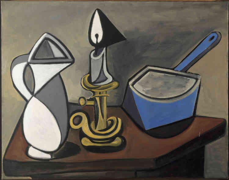 «Réalisée au cœur de l'hiver 1945, au moment où il ébauche la grande toile intitulée Le Charnier, La Casserole émaillée est constituée de trois objets du quotidien fortement cernés. Un pichet, un bougeoir et une modeste casserole bleue émaillée forment une énigmatique trinité. Incarnation des années noires, de la pénurie et des privations, cette étrange nature morte dit une fois encore de façon symbolique que l'œuvre de Picasso «sent la guerre», sans pour autant la représenter. «Tu vois […] une casserole ça peut crier! Tout peut crier. Une simple bouteille. Et les pommes de Cézanne ».