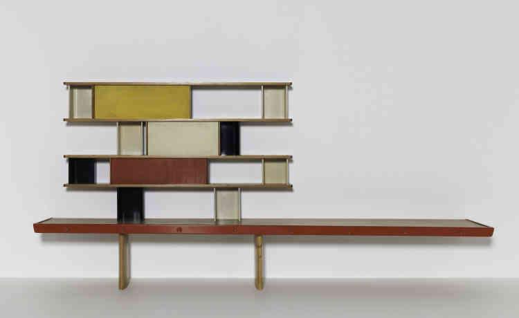 Au début des années 1950, Charlotte Perriand décide de collaborer avec les ateliers Jean Prouvé, afin de concevoir des meubles en série, accessibles au plus grand nombre d'où la bibliothèque Tunisie, conçue pour les chambres des étudiants à la cité universitaire de Paris, devenue depuis un objet-culte du design.