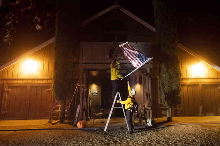 Les pompiers enlèvent le drapeau américain du Dry Creek Rancheria, à Healdsburg.