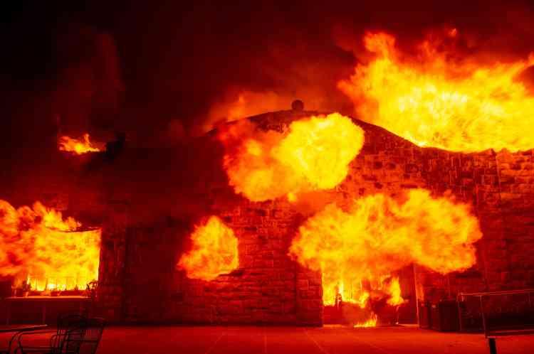 Relativement préservées lors des précédents incendies de ces dernières années, plusieurs propriétés du comté de Sonoma, mondialement connu pour ses vins, ont été attaquées par les flammes.