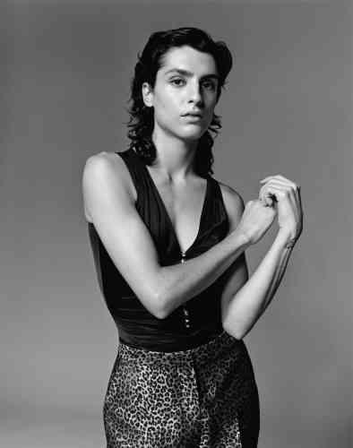 Top en satin et boutons en cristal, Paco Rabanne. Pantalon en brocart léopard, Irié.