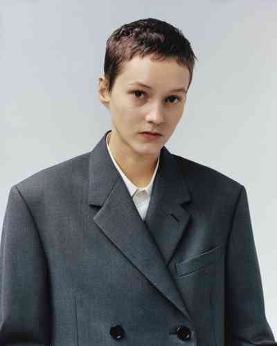 Manteau d'homme en gabardine de laine, Berluti. Chemise d'homme en coton, Marni.