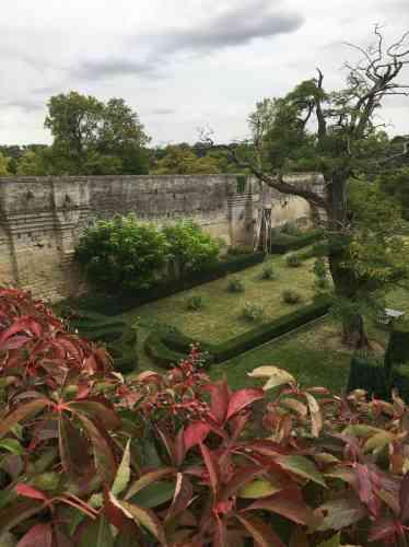 Ce jardin régulier, conçu par Pascal Cribier, évoque les jardins médiévaux.
