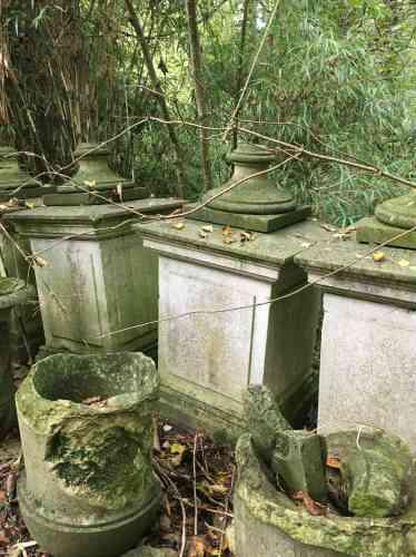 Ces éléments de décor à l'abandon évoquent les ruines d'Angkor.