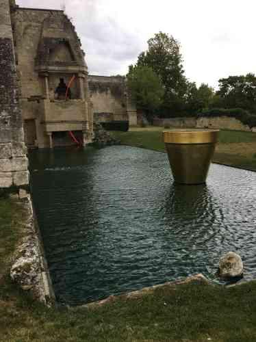 Pot doré de Jean-Pierre Raynaud, posé sur le bassin dessiné par Pascal Cribier à l'emplacement de l'ancien logis du donjon de Vez. (L'œuvre en néon rouge estde François Morellet.)