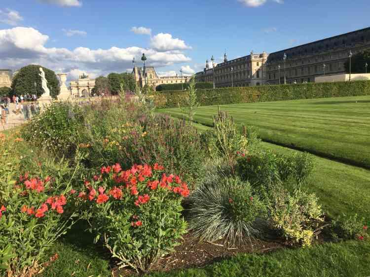 Conçue avec Louis Benech, cette partie du jardin des Tuileries, considérablement fleurie, a été rajeunie et délimitée par une haie de charme.