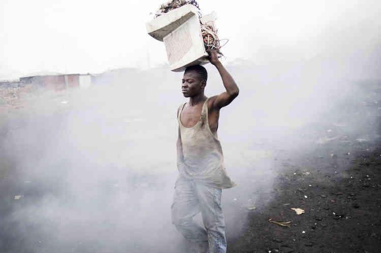 «Photographiant les paysages post-apocalyptiques d'Agbogbloshie, une banlieue d'Accra, capitale duGhana, en passant par la ville de Guiyu, en Chine, et par les ateliers des arrière-cours de NewDelhi, Kai Löffelbein documente méticuleusement les conditions épouvantables dans lesquelles des travailleurs, parfois même des enfants, tentent de récupérer les matières premières précieuses contenues dans nos déchets électroniques, des déchets exportés illégalement d'Occident afin d'éviter un coûteux recyclage.»
