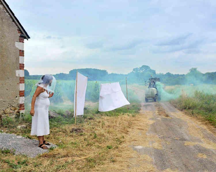 """«""""Dystopia"""" est une série de photographies d'anticipation sur les mutations du paysage agricole de la photographe Alexa Brunet et du journaliste Patrick Herman. Avec l'aide de figurants volontaires et des moyens visuels simples, ils mettent en scène les transformations de l'activité paysanne liées à l'industrialisation, la course à la productivité, à la disparition des terres cultivées et des paysans, les conséquences de l'usage des OGM, des pesticides et la déshumanisation du métier.»"""