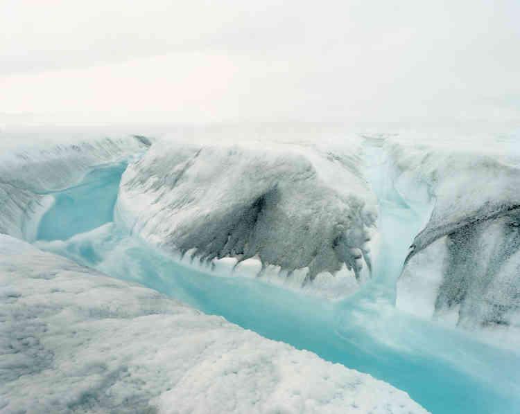 «Photographe engagé pour l'environnement, Olaf Otto Becker est parti avec sa chambre 20x25, à pied, en Zodiac, à cœur vaillant, pour une plongée à l'intérieur du Groenland pour dresser l'état des lieux à date de la calotte glaciaire, cet immense désert de froid qui recouvre 80% de l'île. De ce périple, Olaf Otto Becker dresse le portrait spectaculaire d'un paysage en sursis, sous la triple menace de la pollution, du réchauffement climatique et du tourisme. Ce territoire trop reculé, trop froid, trop loin, trop beau, trop grand, bref, hors du commun, est bien réellement menacé de désastre écologique.»