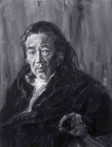 """«Yan Pei-Ming est fasciné depuis longtemps par l'œuvre de Gustave Courbet, qu'il a découverte par des reproductions en noir et blanc quand il était encore en Chine. Pour célébrer le bicentenaire de la naissance du maître, Yan Pei-Ming a été invité au Petit Palais à dialoguer avec ses œuvres dans un """"corps-à-corps"""" fécond. Avec cet immense autoportrait réalisé dans l'atelier de Courbet à Ornans, Yan Pei-Ming réalise une véritable mise en abîme de la place de l'artiste face à Courbet, qu'il considère comme un peintre révolutionnaire dans sa manière d'appréhender le sujet. »"""