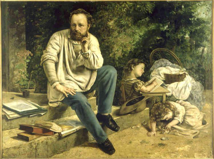 «Né en Franche-Comté comme Courbet, Proudhon est l'un des fondateurs du socialisme français. C'est à Paris que les deux hommes se rencontrent, en 1847. Courbet entreprend ce grand portrait, à la mort prématurée de Proudhon. Le peintre décide de représenter son ami dans son intimité familiale, assis sur le perron de sa maison. Le travail de théoricien et d'écrivain est concrètement rappelé par l'entassement des livres et des papiers. Près du grand homme isolé dans une attitude pensive, sa fille Catherine déchiffre un alphabet. Marcelle, décédée du choléra au moment où Courbet peint ce portrait, reste comme à jamais absorbée par les jeux de l'enfance.»