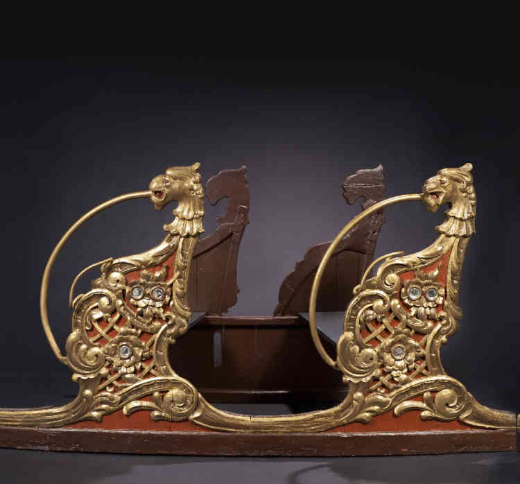 «Les trois wagons réalisés en Allemagne dans les ateliers de Gotha, vers 1913, par Fritz Bothmann proviennent d'un manège de type chenille au riche décor de tête de griffon et d'arabesques.»