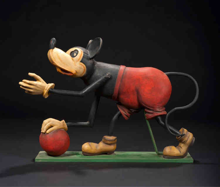 «Réalisé par l'école belge par Bernard van Guyse, dans des ateliers de gantiers, ce sujet représentant Mickey est probablement l'une des toutes premières existantes dans ce genre.»