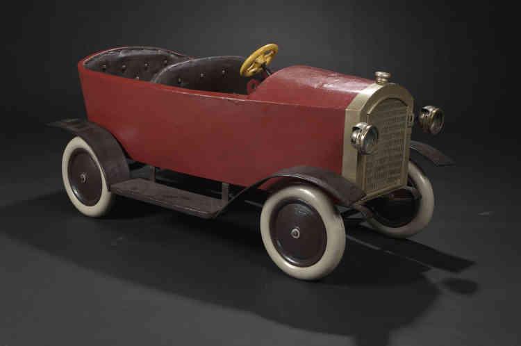 «Les forains ont toujours été en avance sur leur temps, en innovant et en tenant compte des récentes découvertes de leur époque. Lorsque la voiture eut le vent en poupe, il fallut créer de nouveaux éléments de manège, avec également des vélos et des motos. Pour certains manèges, on a retiré des rangs de chevaux pour y placer ces nouvelles innovations. Cette voiture a été réalisée par Emile Coquereau, de l'école d'Angers, vers 1930.»