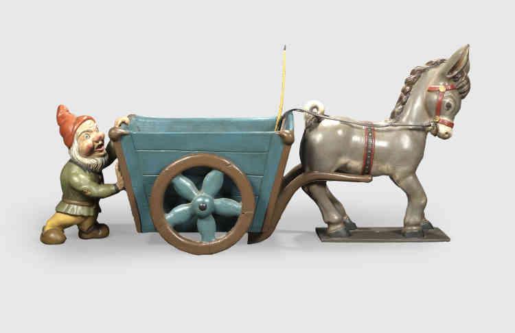 «Cette pièce naïve à l'imaginaire enfantin est la seule pour le moment connue. Henri et Jacques Mathieu ont puisé dans leur imaginaire pour concevoir les sujets. De nombreuses pièces d'art forain ont été réalisées dans leurs ateliers de Bagnolet (Seine-Saint-Denis) entre1947 et1980.»