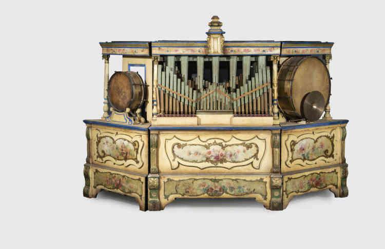 «La fête foraine ne peut exister sans la musique. Souvent un seul instrument représentait l'orchestre. L'un de ces cartons perforés de la maison Hofbauer, de la fin du XIXesiècle, est un bel exemple que l'on pouvait trouver au centre des carrousels.»