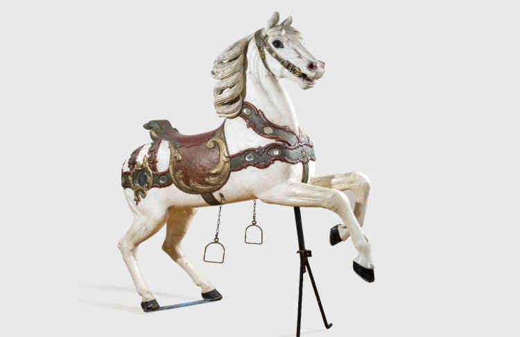 «Ce cheval réalisé à la fin du XIXesiècle est un modèle de luxe. Il s'agit d'un cheval de parade cabré au riche harnachement et décoration s'inspirant de l'époque médiévale.»