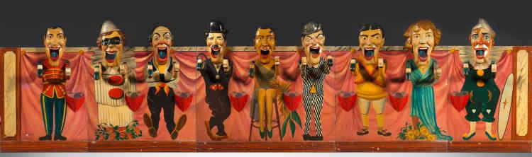 «La fête foraine ne se résume pas aux manèges, d'autres éléments d'attractions figurent dans ces lieux de divertissement. Ce jeu d'adresseconsiste à envoyer des balles dans la bouche de chacun des acteurs et des anneaux autour des bras; l'ensemble est articulé par un moteur. Réalisé en France en 1934 par l'école d'Angers, plus précisément par Jacques Barasse et Giffard, cette pièce –dans un état de conservation remarquable– représente les figures emblématiques du music-hall de l'époque.»