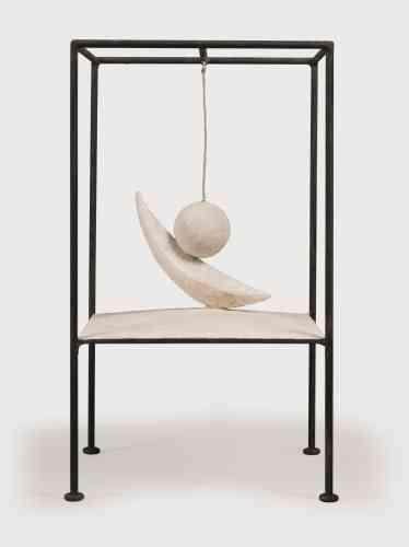 """«Présentée pour la première fois à l'automne1930 à la galerie Pierre, dans une exposition qui réunit Giacometti, Miró et Arp, cette sculpture reprend le principe de la """"Cage"""". Giacometti suspend une boule entaillée au-dessus d'un croissant qui suggère à Dalí le concept des """"objets à fonctionnement symbolique""""dont elle serait le prototype. L'effet est saisissant, comme le décrit Maurice Nadeau : """"Tous ceux qui ont vu fonctionner cet objet ont éprouvé une émotion violente et indéfinissable, en rapport sans doute avec des désirs sexuels inconscients."""" L'œuvre suggère en effet à la fois la caresse et l'incision, rangeant cette machine érotique du côté d'un sadisme explicite. Avec cette œuvre, Giacometti rejoint le groupe des artistes surréalistes mené par André Breton. »"""