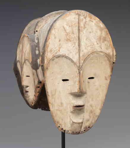 «Cet impressionnant masque ngontang à quatre visages, qui arbore la couleur blanche des esprits, se caractérise par sa construction synthétique, le visage s'inscrivant dans une forme de cœur dont la partie supérieure dessine l'arc des sourcils. Ce type blanc, qui complète celui sombre des gardiens de reliquaire fang, semblait constituer pour la collectionneuse une image parfaite de la beauté, dont elle réunit plusieurs exemples. Le kaolin unifie comme un fond de teint les quatre visages féminins lisses et raffinés. Le rapport avec la sculpture de Constantin Brancusi, qu'elle appréciait, n'a pu échapper à Madame. Dans les années 1920-1930, ces masques-heaumes à deux ou quatre visages connurent un vif succès auprès des collectionneurs parisiens.»