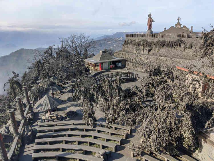Une pellicule grise recouvre les environs du volcan, à Tagaytay, dans la province de Cavite.