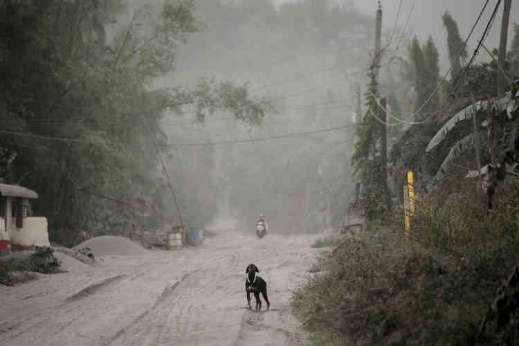 Une route vers Agoncillo couverte de cendre provenant du Taal, le 13janvier.