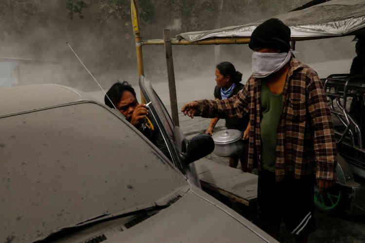 Le 13 janvier. Une famille de Lemery cherche à quitter la zone sismique à l'annonce d'une éruption«explosive» du volcan.