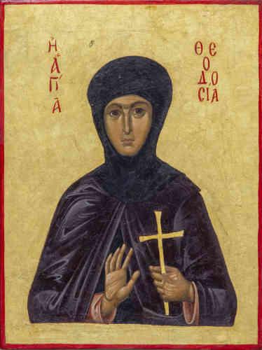 «Théodosie vécut au VIIIesiècle au monastère Sainte Anastasia de Constantinople. Théodosie devint elle-même peintre d'icône: elle n'hésita pas à s'opposer à la hiérarchie ecclésiale de son temps qui avait pris parti pour l'iconoclasme. Pour avoir pris la défense d'une antique image du Christ, que l'empereur Léon l'Isaurien (†741) avait ordonné de retirer de la porte d'airain du palais impérial, elle subit le martyre. Par la suite de nombreux miracles de guérison se sont produits sur sa tombe chez des fidèles qui la vénéraient.»