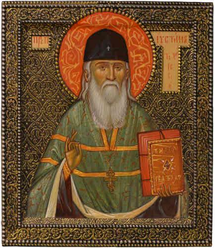 «L'archimandrite Justin Popovich est né le 25 mars 1894 dans une famille de prêtres orthodoxes depuis sept générations. Il était l'archimandrite du monastère de Chelije, en Serbie. Fasciné par la figure de saint Justin le philosophe, il a lui-même fait des études de théologie à Oxford et à Londres et a écrit des traités de philosophie, notamment sur l'œuvre de Dostoievski.»