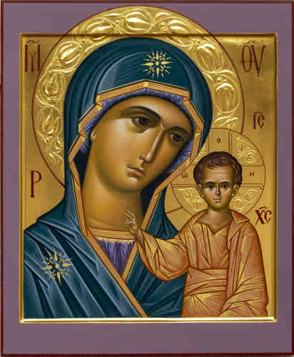 «L'icône représente la Vierge auprès du Christ enfant. Elle est arrivée de Constantinople à Kazan, sur les rives de la Volga, au XIIIesiècle. Selon la chronique du métropolite Hermine de Kazan, après l'incendie qui a détruit la ville en 1579, la Vierge serait apparue à une jeune fille nommée Matriona Onoutchka et lui aurait indiqué, dans les cendres d'une maison, l'endroit où elle devait retrouver l'icône. Tout d'abord incrédule, le métropolite rapporte que le peuple a accueilli l'icône comme un «trésor inestimable». Il confesse: «Malgré mon cœur dur comme une pierre, j'ai éclaté en larmes et je me suis jeté au pied de l'icône. Dès lors de nombreux miracles furent attribués à l'intercession de la Vierge de Kazan, et les tsars, comme IvanIV le Terrible, ont eux-mêmes fait construire des églises en son honneur.»