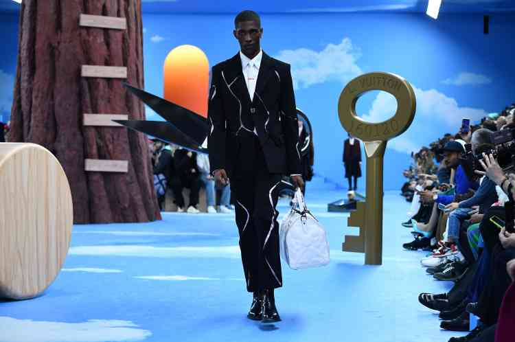 Pour le défilé Louis Vuitton, Virgil Abloh, pape du streetwear de luxe, prend la direction d'un tailoring plus classique. Cela ne l'empêche pas d'innover, comme avec ce costume dont les morceaux semblent flotter.