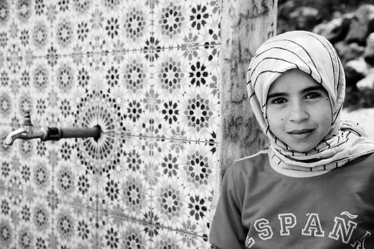 """«Cette série de photographies reprend le célébre slogan des républicains lors de la Guerre d'Espagne : """"No pasaran"""", """"Ils ne passeront pas"""". Au départ photographe de presse, Leila Alaoui se centre ici sur des visions plus personnelles d'une jeunesse marocaine en quète d'un départ qui semble impossible, bloquée par une vitre infranchissable, ou portant sur un sweat-shirt le nom d'une Espagne aussi proche que difficile à atteindre. »"""