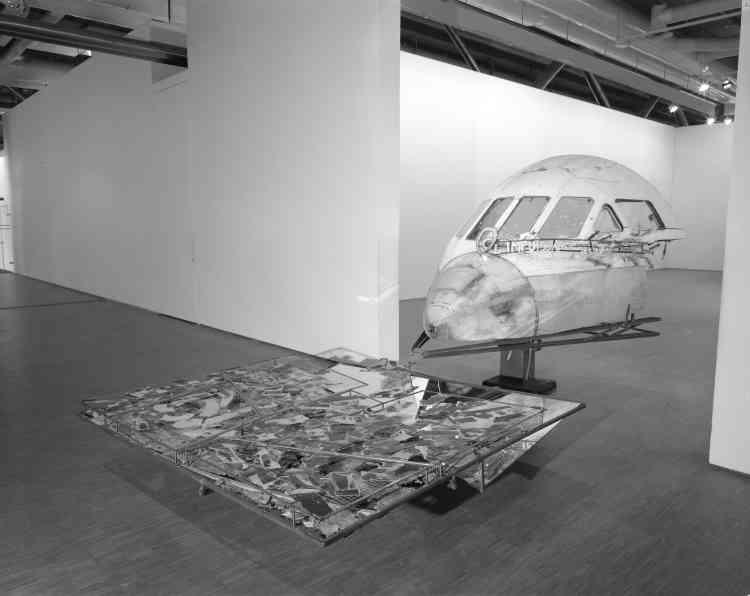 «Parfois vu comme un artiste plutôt bricoleur, Richard Baquié a produit cette œuvre à partir de la carlingue abandonnée d'une Caravelle des années 70 pour son exposition au centre Pompidou en 1987. Sous une allure d'épave, c'est pourtant une vision du voyage libre et poétique qui apparaît, exprimée par les néons intérieurs parlant de ciel étoilé.»