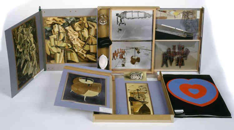 «La Boîte-en-valise, produite en de nombreux exemplaires à partir de 1936, est pour Marcel Duchamp un moyen de reprendre ses œuvres principales en un petit format transportable, de les partager et d'inventer ainsi une exposition mobile venant contrarier la vision statique des musées historiques. C'est un pas important du mouvement de l'art moderne vers le contemporain et ses nouvelles ouvertures.»