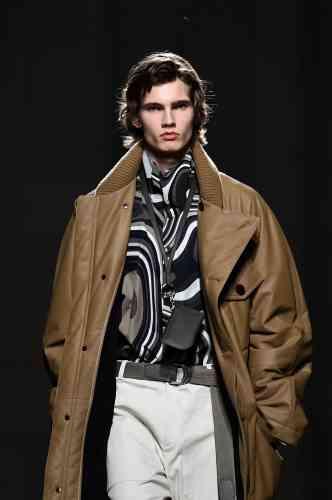 Un manteau enveloppant taillé dans une peau d'un luxe inouï, sur une chemise imprimée du motif star de la saison Hermès,«Rêve hypnotique».